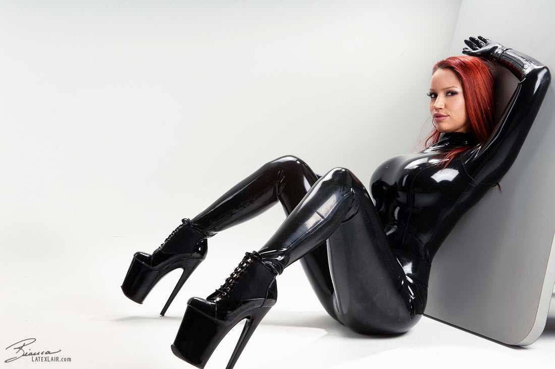 BDSM enthusiast Latex Lucy toying MILF pussy in fetish clothing and hood № 959475  скачать