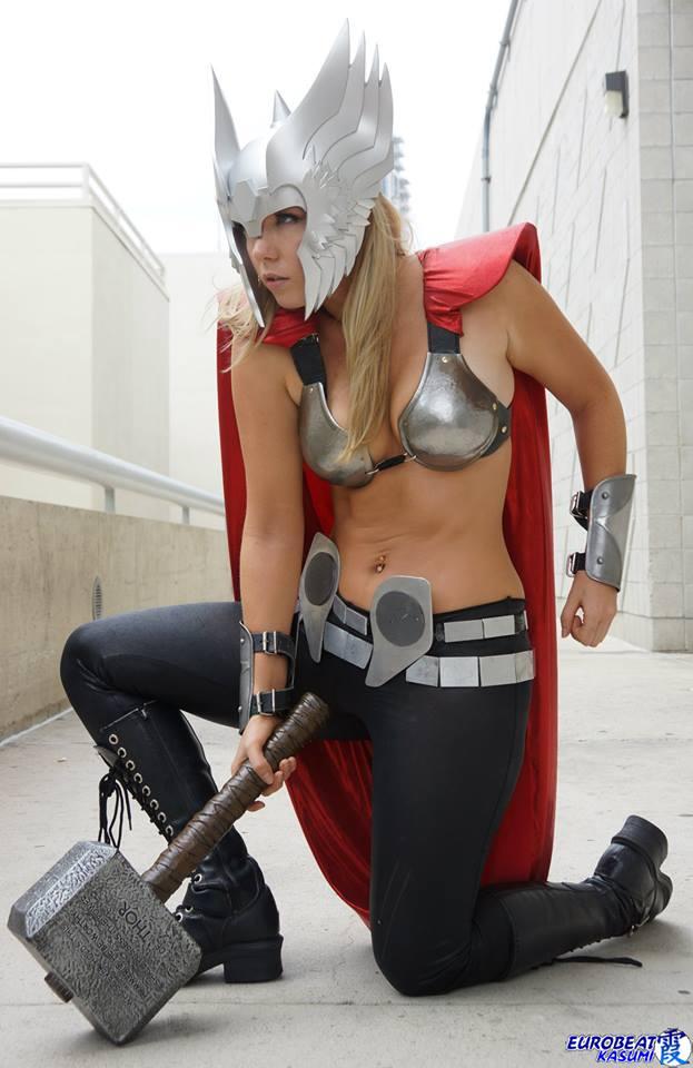 Девушки в костюмaх супергероев фото