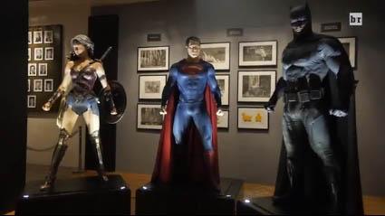 Видео показывает костюмы крупным планом