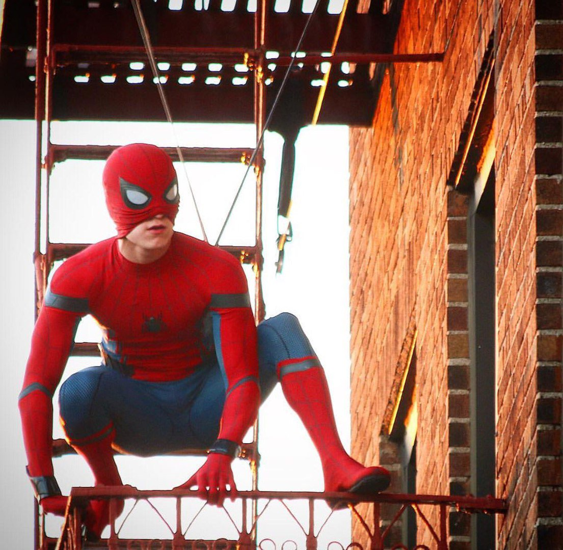 Том Холланд на съёмках фильма Человек-паук
