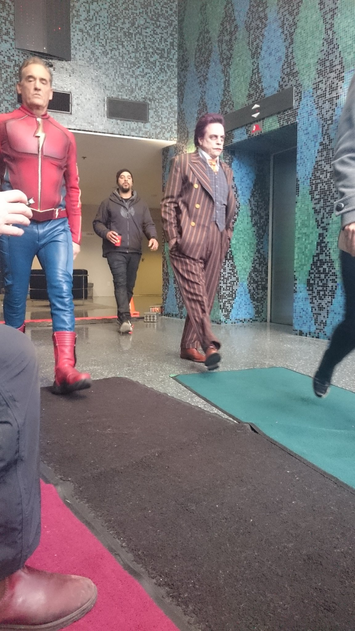 Марк Хэмилл на фото со съёмок 3-го сезона Флэша